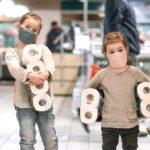 トイレットペーパーをもった少年と少女